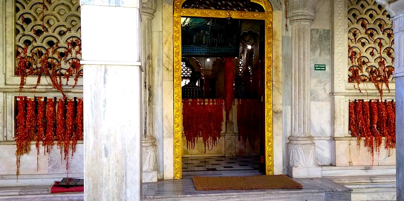 A story of a palace, a dargah & 2 temples